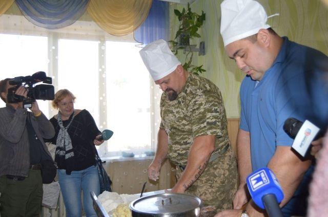 Василий Вирастюк посетил таможенников напередовых позициях взоне АТО