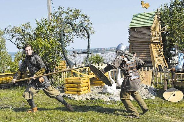 На берегу озера гостей Чебаркульской крепости развлекают казаки и рыцари. Примерить доспехи может каждый желающий.
