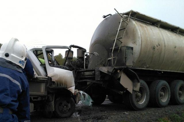 Натрассе грузовой автомобиль влетел вКамАЗ— один погибший