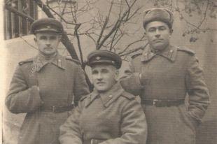 Слева в форме железнодорожных войск Красной Армии Леонид Зеленский.