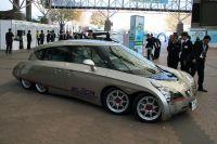 На фото: чудо-машина Eliica, прототип которой создан профессором Хироси Симидзу (Hiroshi Shimizu) в университете Кэйо (Токио). Этот электромобиль имеет 8 колес, длину 5,10 метра и разгоняется до 100 км/ч за 4 секунды.