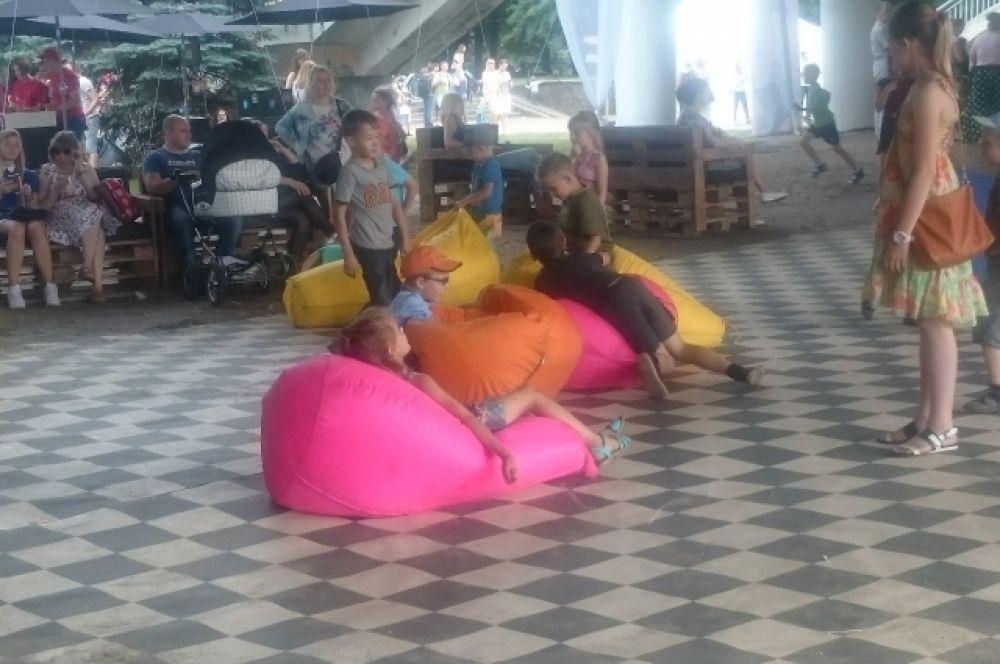 Под мостом организовали огромную зону отдыха с площадками для детей.