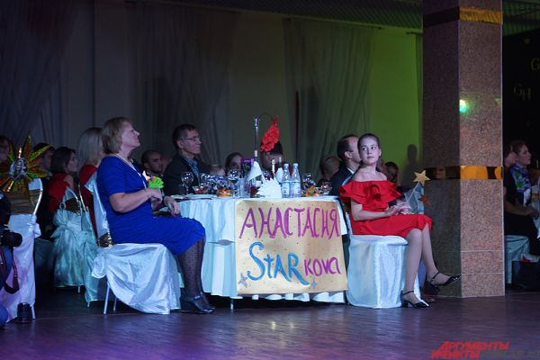 Половина столиков была занята поклонниками финалисток - родными и друзьями.