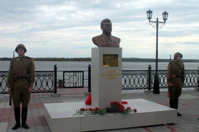 Монумент Иосифу Сталину появился на набережной Оби.