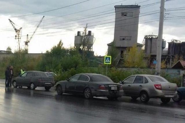 Иностранная машина премиум-класса спровоцировала ДТП, вкотором сбили пешехода