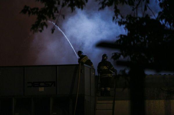 Известно, что погибшие работали на крыше. Их задачей было установить водяную завесу для охлаждения газовых баллонов и компрессоров которые могли взорваться.