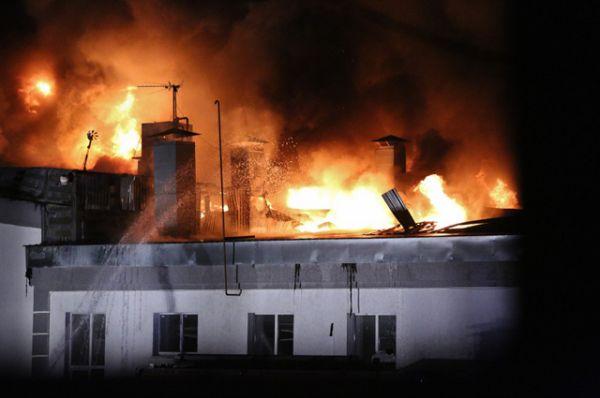Огонь начал распространяться со складского помещения ЗАО «Виктория» на улице Амурская, недалеко от станции метро «Черкизовская».