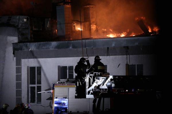 Тела восьмерых пожарных, погибших при тушении пожара на складе в Москве, обнаружены при разборе завалов.