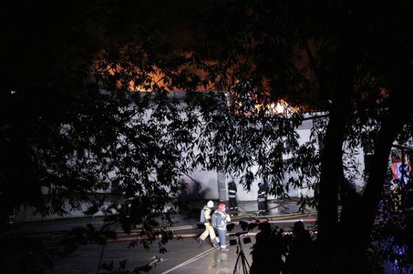 В настоящее время пожар ликвидирован, проводится разбор завалов.