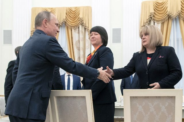Президент РФ Владимир Путин во время встречи с председателем Центральной избирательной комиссии Эллой Памфиловой и членами ЦИК.
