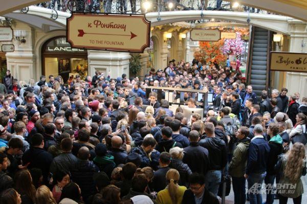 К утру около ГУМа было уже более 300 человек.