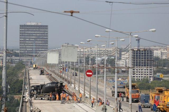 Фоторепортаж сМолитовского моста: верхний слой асфальтобетона уложен наполовину