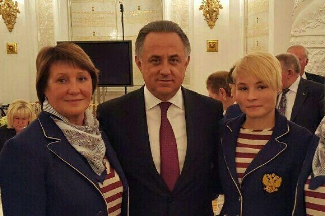 Виталий Мутко и Александра Ручкина (справа).