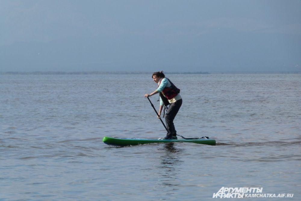 SUP-сёрфинг - это использование доски для серфинга или виндсерфинга с веслом.