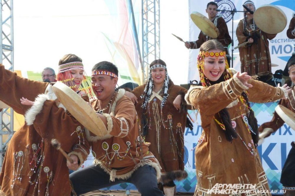 Фестиваль открылся выступлением национальных коллективов края.