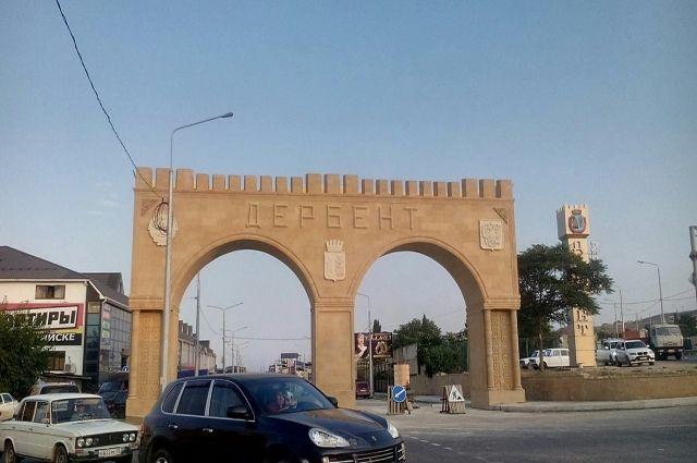 Меценат построил семиметровую стилизованную арку при въезде вДербент