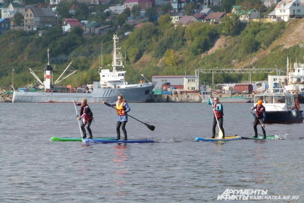 Впервые в Авачинской бухте прошли показательные выступления SUP-сёрферов.