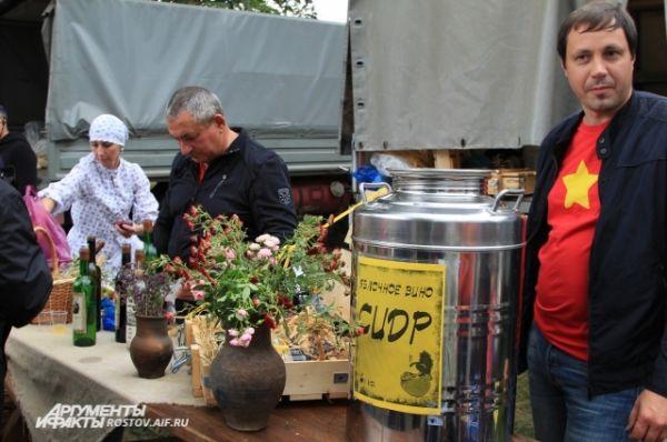 «Гаражники» выставили не только вино из винограда, но и местных яблок.