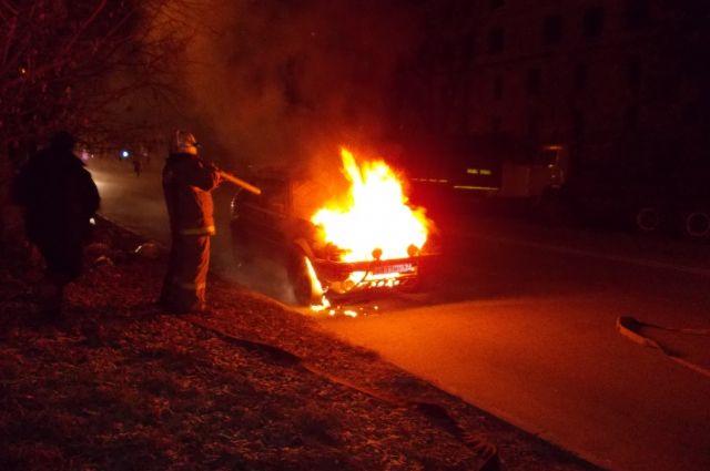 Насевере Петербурга ночью сгорели три автомобиля