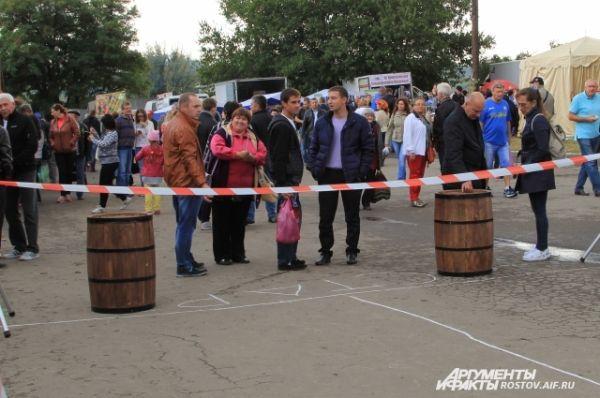 Соревнования по катанию деревянных винных бочек «Винная дорожка» прервались из-за дождя.