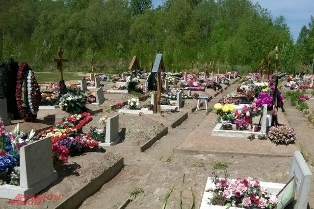 Из-за некачественных работ развалилось надгробие и расшатались памятники.