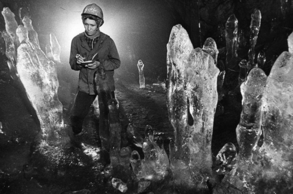 Исследовательница пещер.