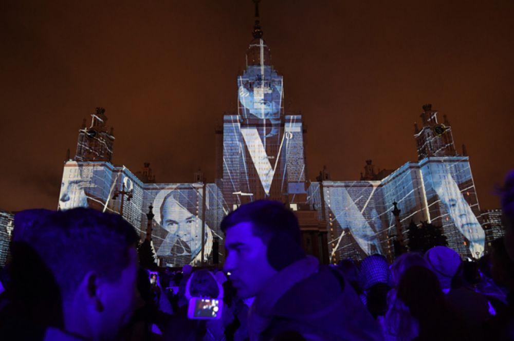 Во время торжественного открытия фестиваля на фасаде главного здания МГУ имени Ломоносова с помощью более 200 мощнейших световых проекторов были созданы видеопроекции, площадью свыше 40 тысяч кв. м.