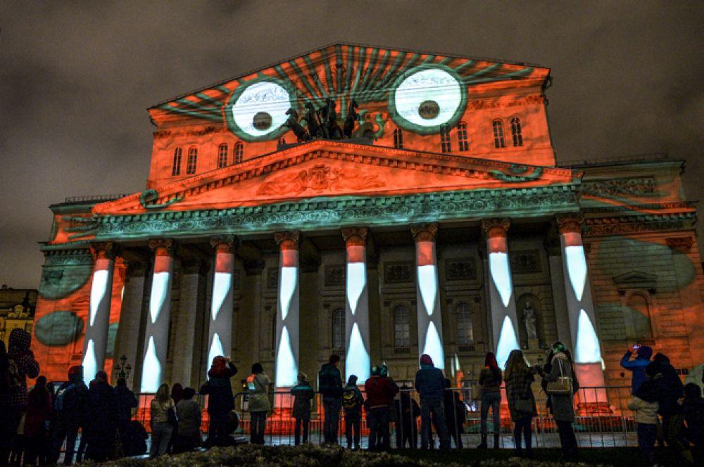Зрители во время церемонии открытия Московского международного фестиваля «Круг света» у здания Большого театра в Москве.