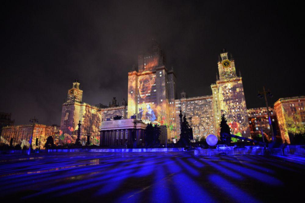 В ходе церемонии открытия зрители увидели два световых спектакля – «Хранитель» и «Безграничный МГУ».