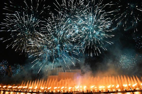Пиротехническое шоу на косе Гребного канала в рамках мультимедийного светового шоу на московском международном фестивале «Круг света».