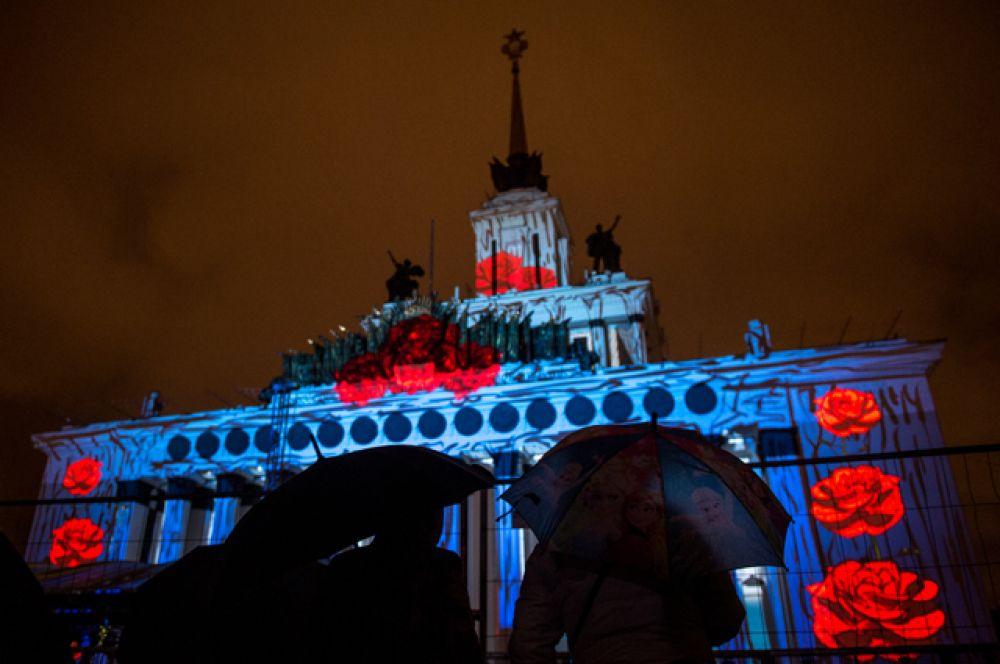 На зданиях «Манежа», Большого театра и Центрального павильона ВДНХ зрители увидели представления, посвященные Году кино и отечественному кинематографу.