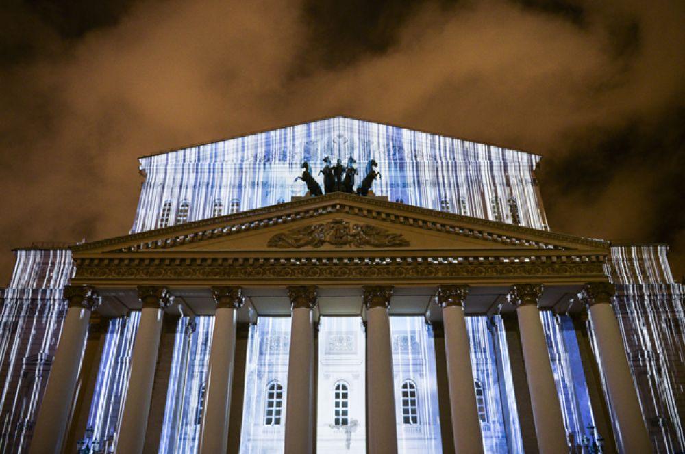 Церемония открытия Московского международного фестиваля «Круг света» у здания Большого театра в Москве.
