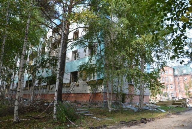 Активисты ОНФ в Югре обеспокоены бесконтрольным разбором зданий бывшего туберкулезного диспансера в Сургуте.