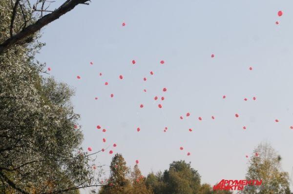 По окончании официальной церемонии в небо полетели сотни алых шаров.