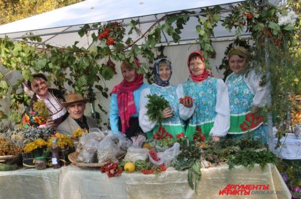 Гостей праздника угощали травяным чаем.