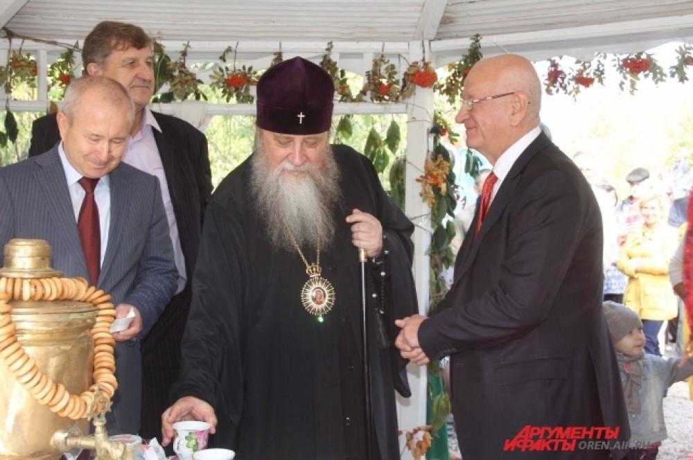 Митрополит и губернатор не смогли отказаться от чая с вареньем.