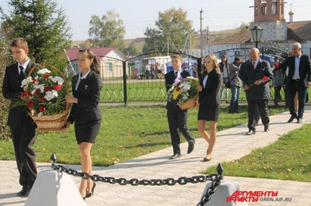 Возложение цветов к памятнику С.Т. Аксакову.