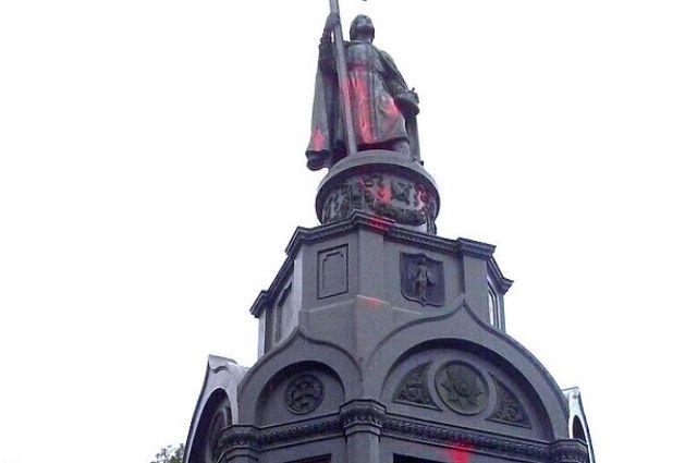 Монумент Владимиру огромному вКиеве облили красной краской