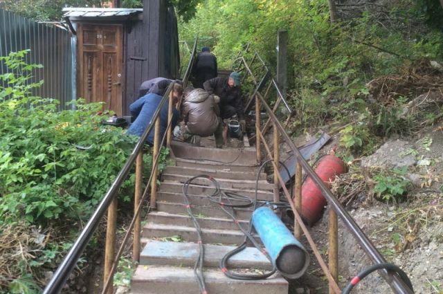 Лестницу отгостиницы «Брянск» к монументу артиллеристам начали чинить