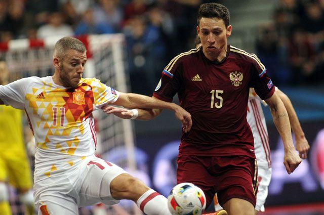 Игрок сборной России Ромуло и игрок сборной Испании Алекс (слева) в финальном матче чемпионата Европы по мини-футболу между сборной России и сборной Испании.