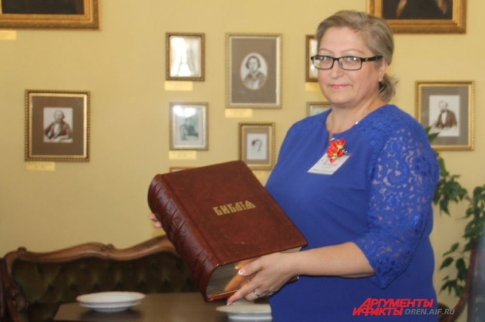 Митрополит Вениамин подарил музею Библию.