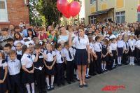 Чтобы поместиться на школьном дворе во время первого звонка, дети и взрослые стояли вплотную друг к другу.