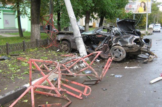 ВЯрославле нарушитель на«Мерседесе» столкнулся с джипом  ипротаранил дорожное ограждение