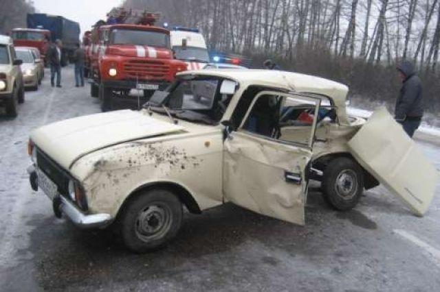 Шофёр на«Москвиче» врезался в грузовой автомобиль стопливом и умер вНСО