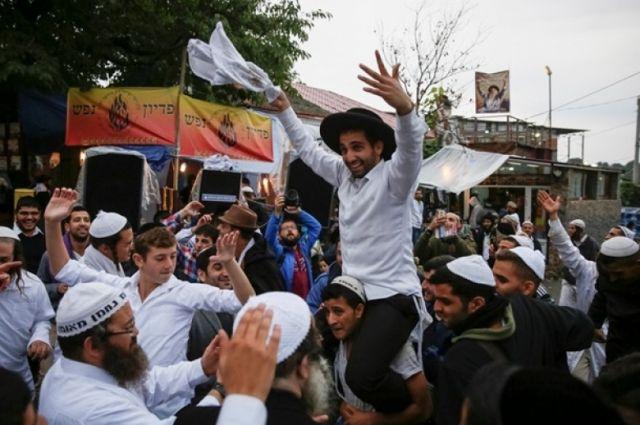 ВУмань задень приехали уже неменее 2,5 тысячи паломников-хасидов