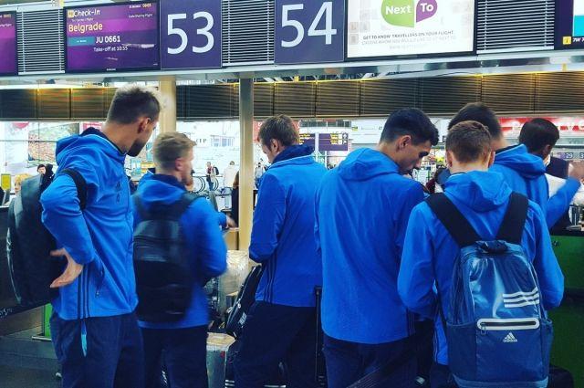 Футболисты в аэропорту