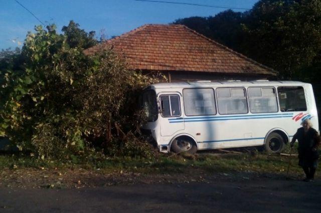 ВЗакарпатской обл. рейсовый автобус с30 пассажирами опрокинулся вкювет