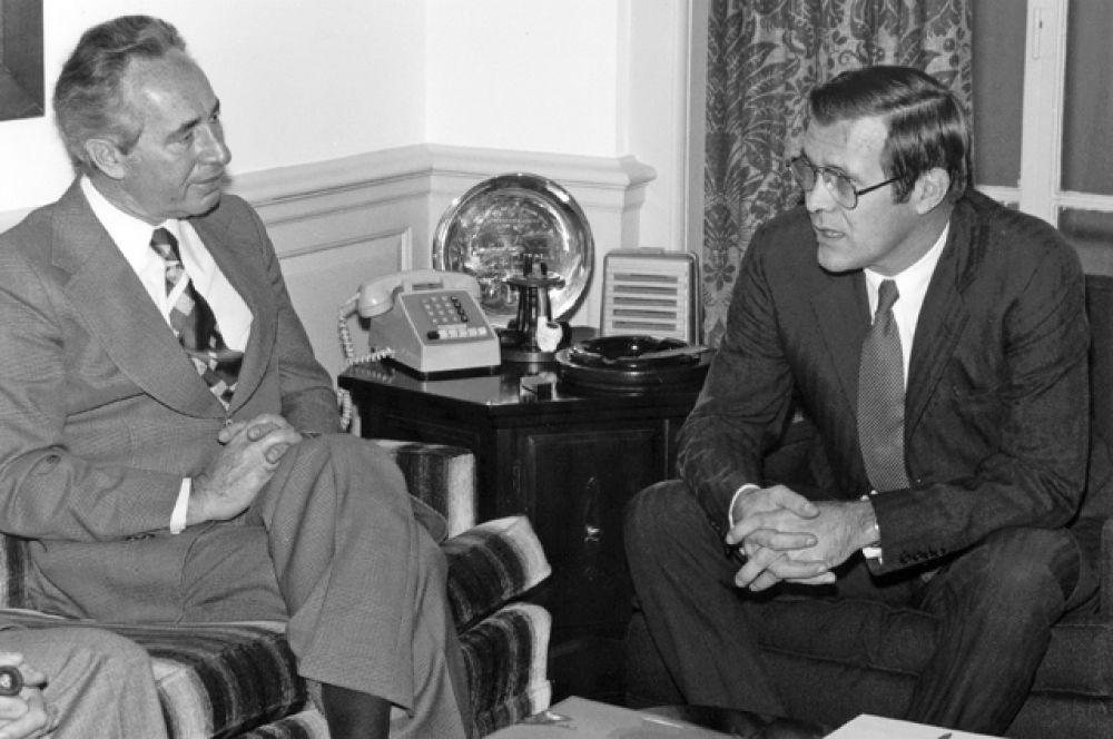 16 декабря 1975 года. Министр обороны Израиля Шимон Перес (слева) и министр обороны США Дональд Рамсфелд.