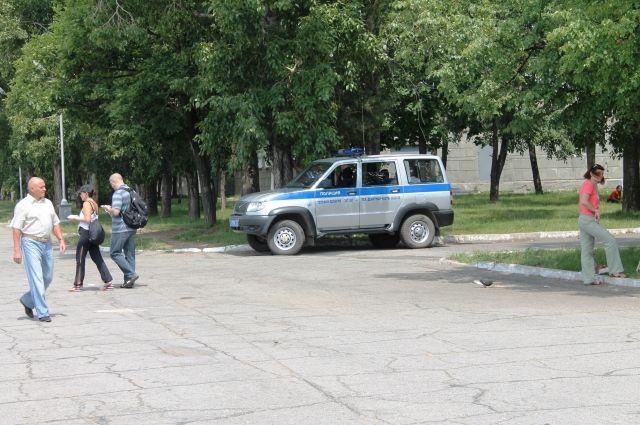 Увидев патрульную машину, мужчина занервничал, и это привлекло внимание полицейских.
