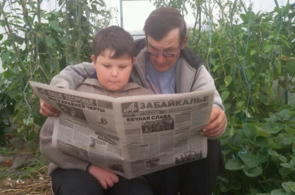 Сергей и Арсений Ендрихинские на даче.